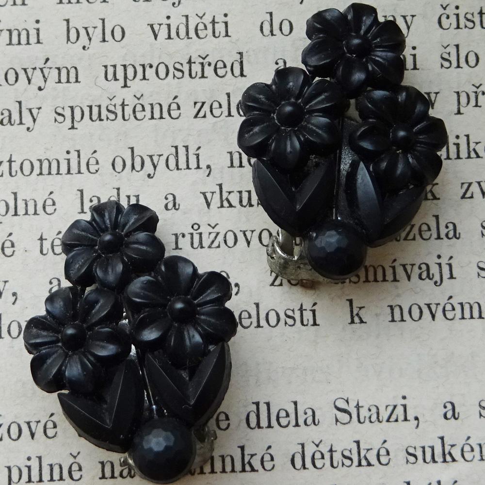 チェコスロバキア ジェットガラス 小花のイヤリング