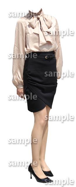 女性全身ブラウス黒スカート斜めA