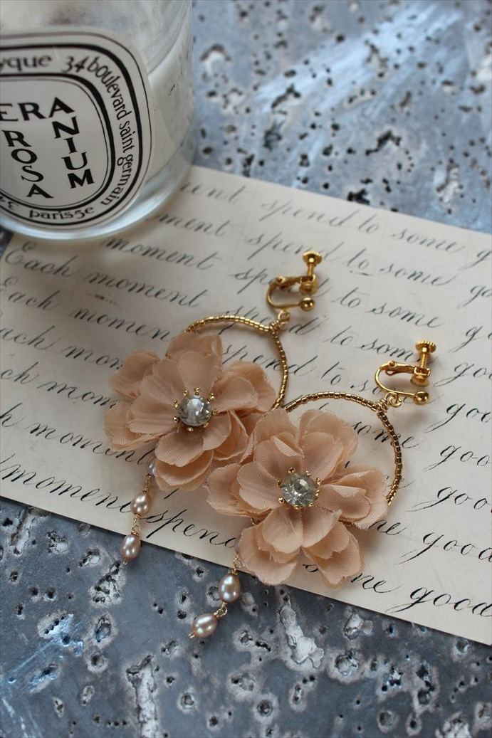 ピンクベージュのお花と淡水パールのイヤリング