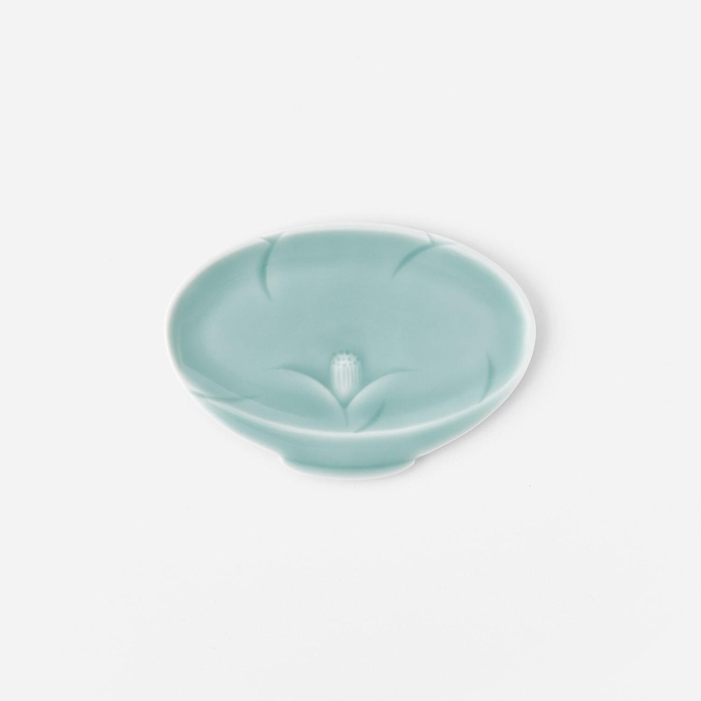 青磁椿彫り高台皿型小皿