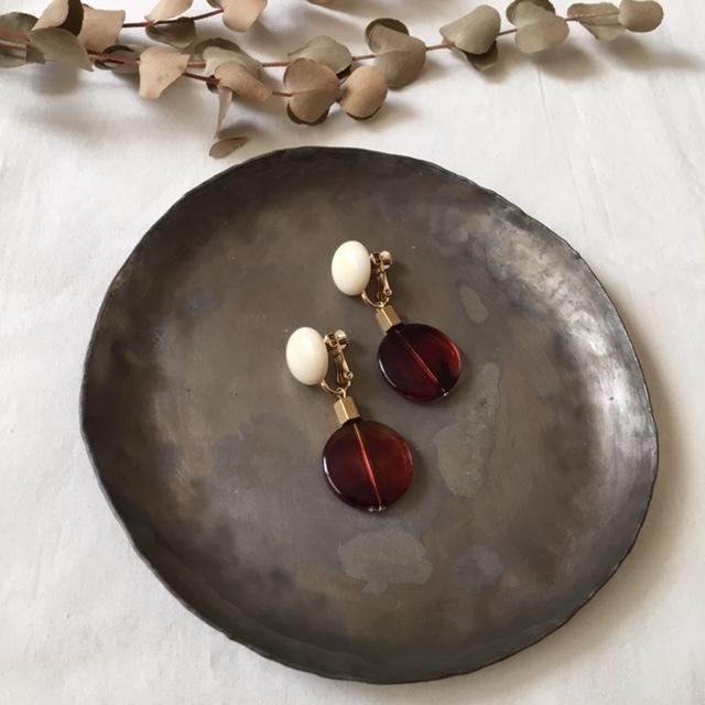 White cabochon ×brass beads ×vintage tortoiseshell beads イヤリング