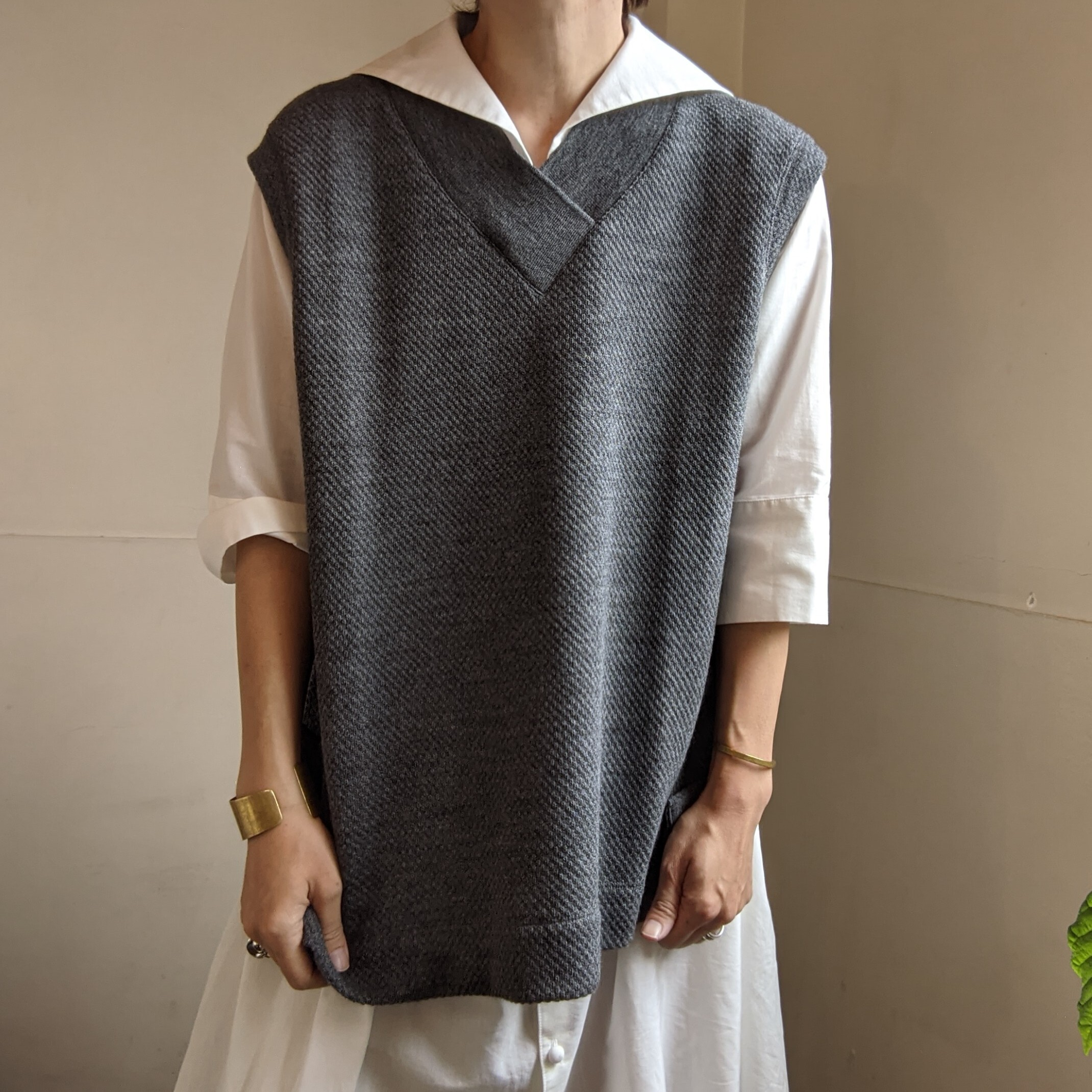 【 CLOSELY CLICK PEBBLE 】クロースリークリックペブル / V-neck long vest / wool100 / ダブルかのこ/ middle-grey