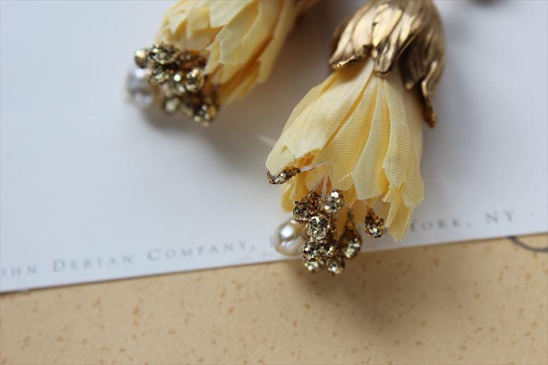 シルクの染め花、黄色のつぼみとビンテージパールのイヤリング