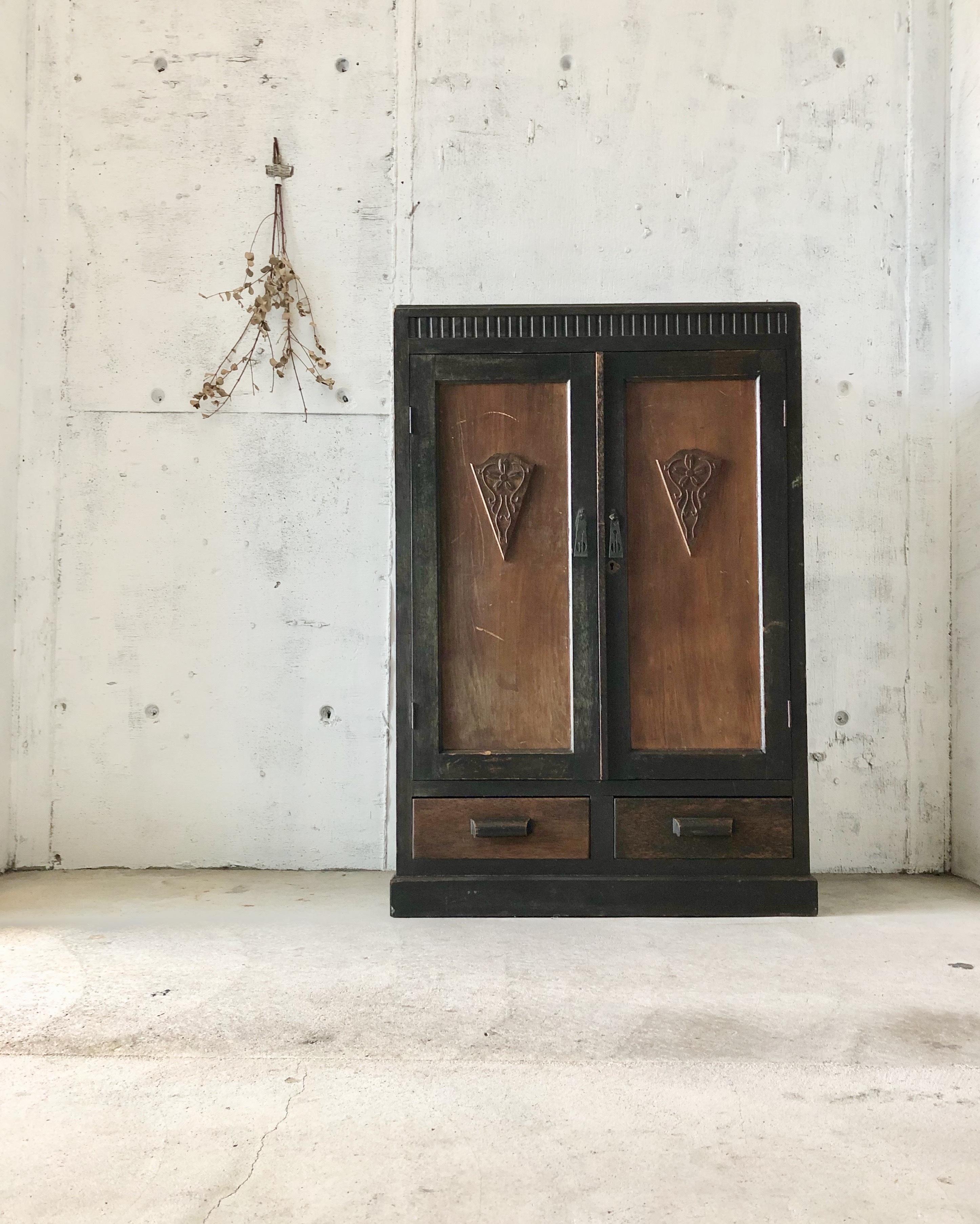 個性的な姿の収納棚[古家具]