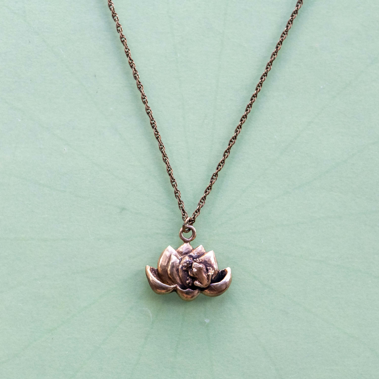 蓮の花を愛でる蛙の真ちゅうネックレス