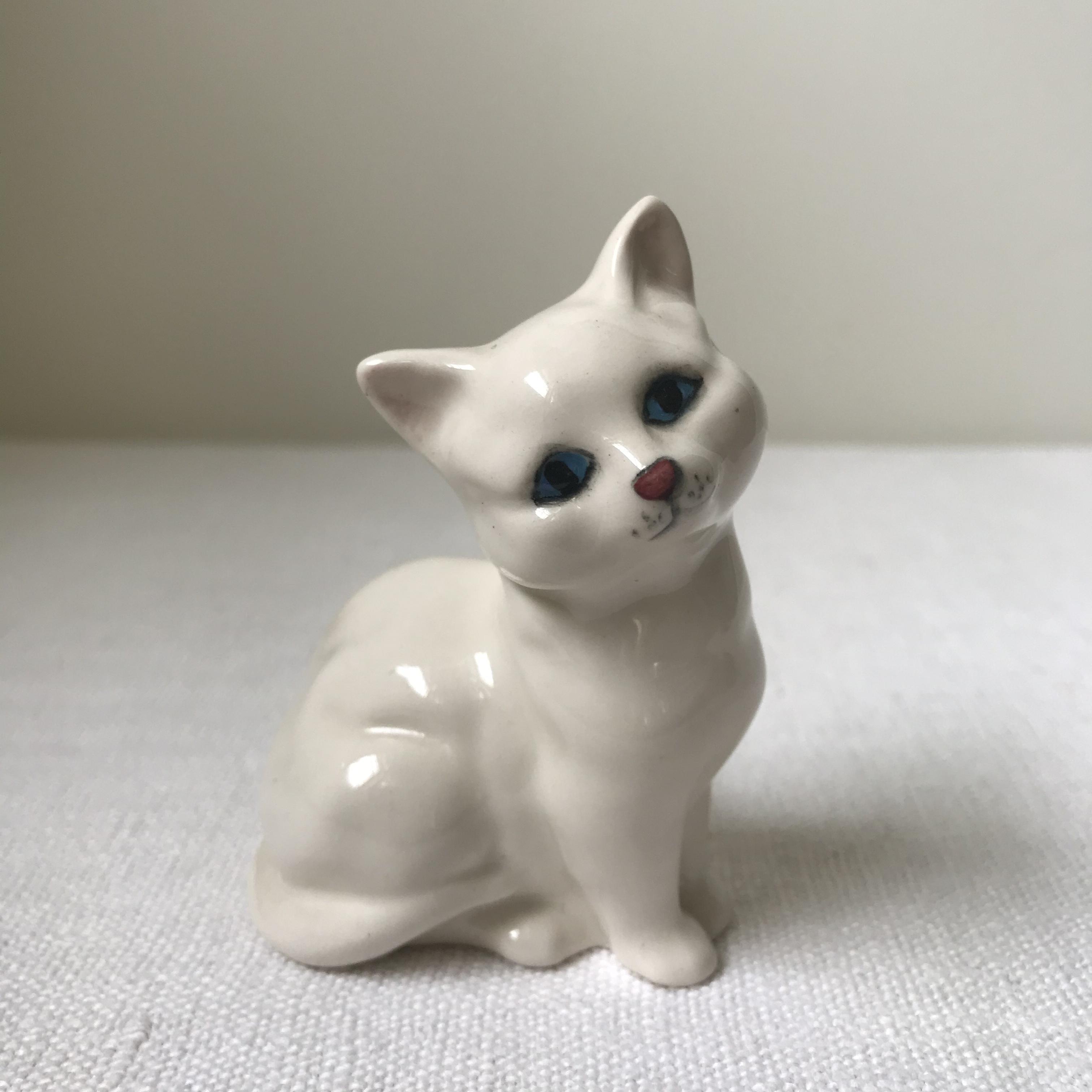 白い猫の置き物