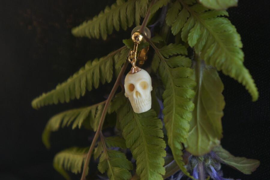 鹿角製小さい頭蓋骨「朝と夕べのメメント・モリ」イヤリング【D】
