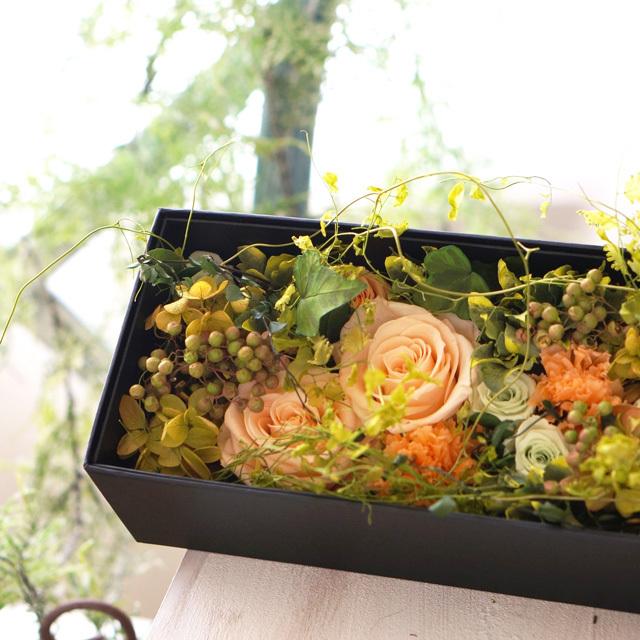 【ボックスアレンジ】 ピーチとグリーンの黒ボックスアレンジ