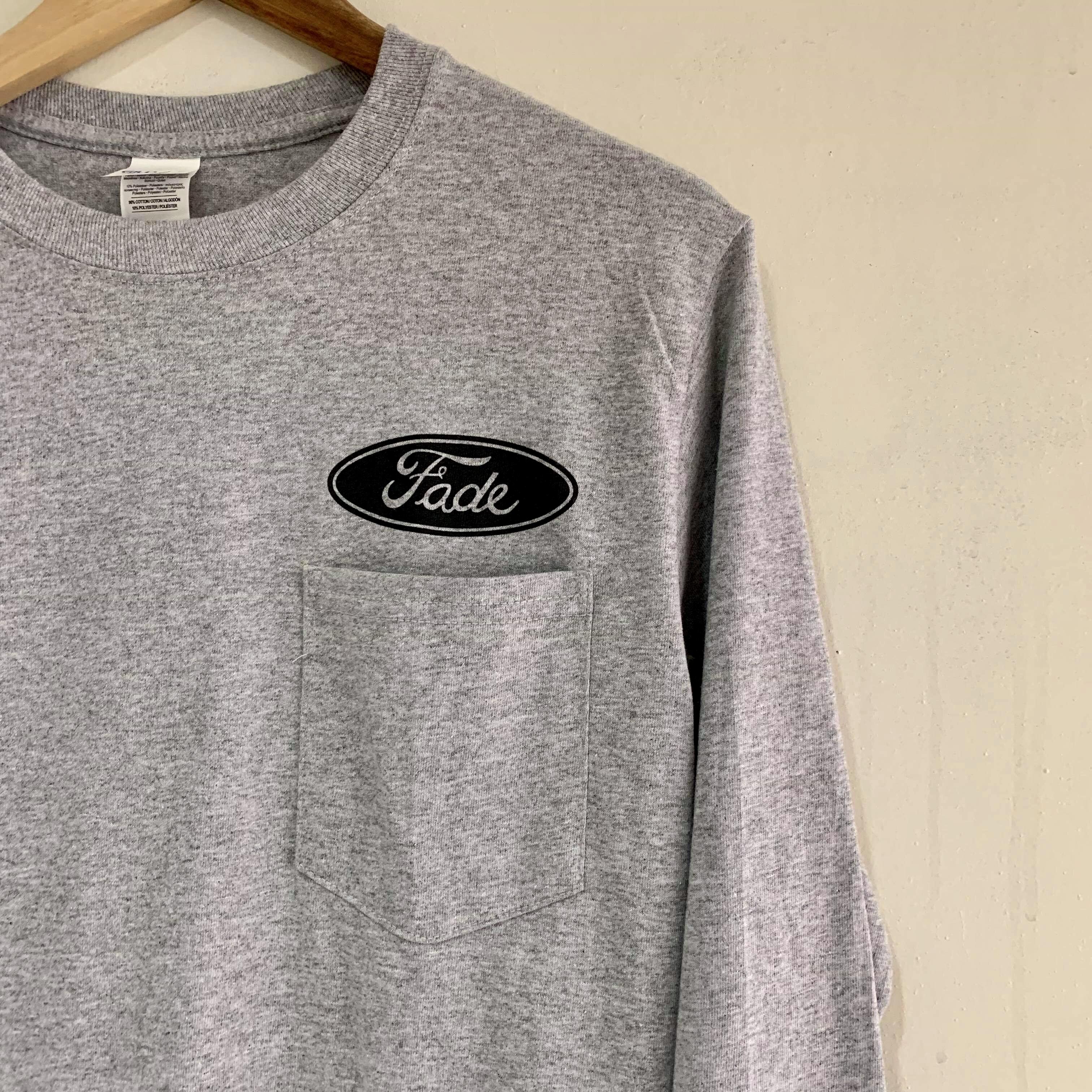 Fade ロングTシャツ缶バッジ付 グレーxブラックロゴ