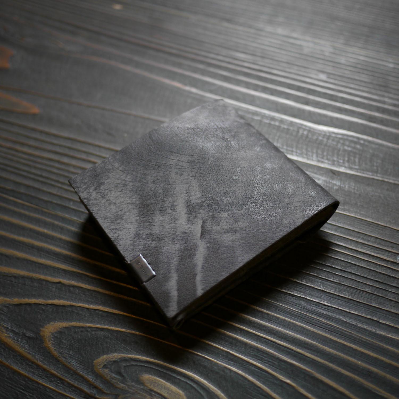 革の水墨画。にじみ、かすれ、濃淡を。〈所作・二つ折り財布〉