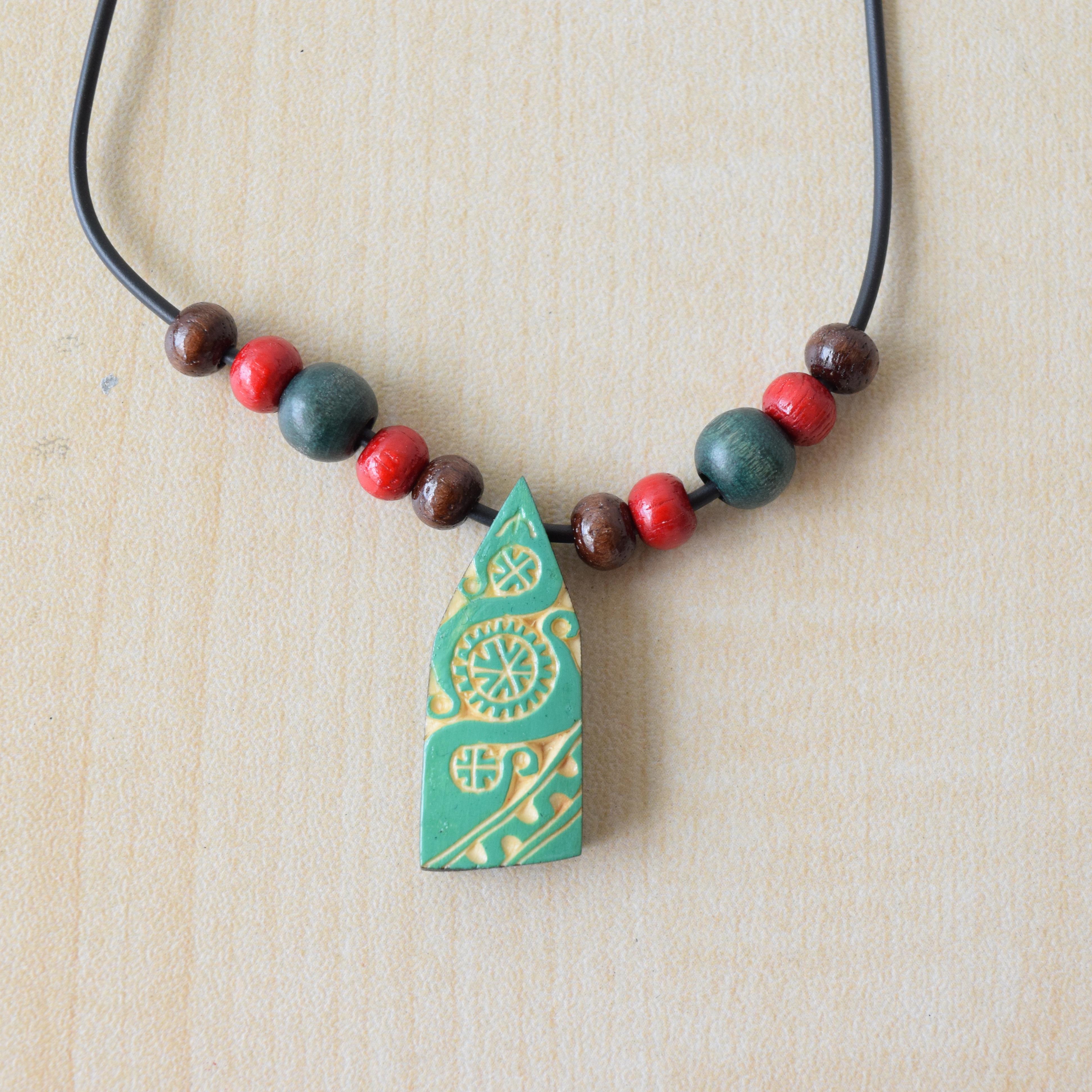 木彫りのネックレス(緑)  Wood carving necklace(green) 【さっぽろアイヌクラフト】