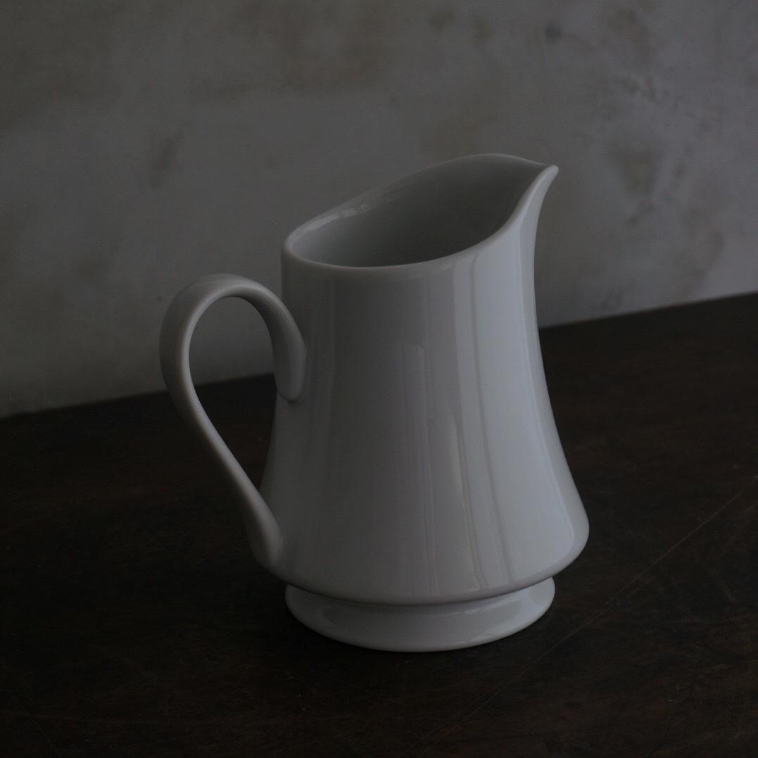 古い国産の白磁ミルクピッチャー