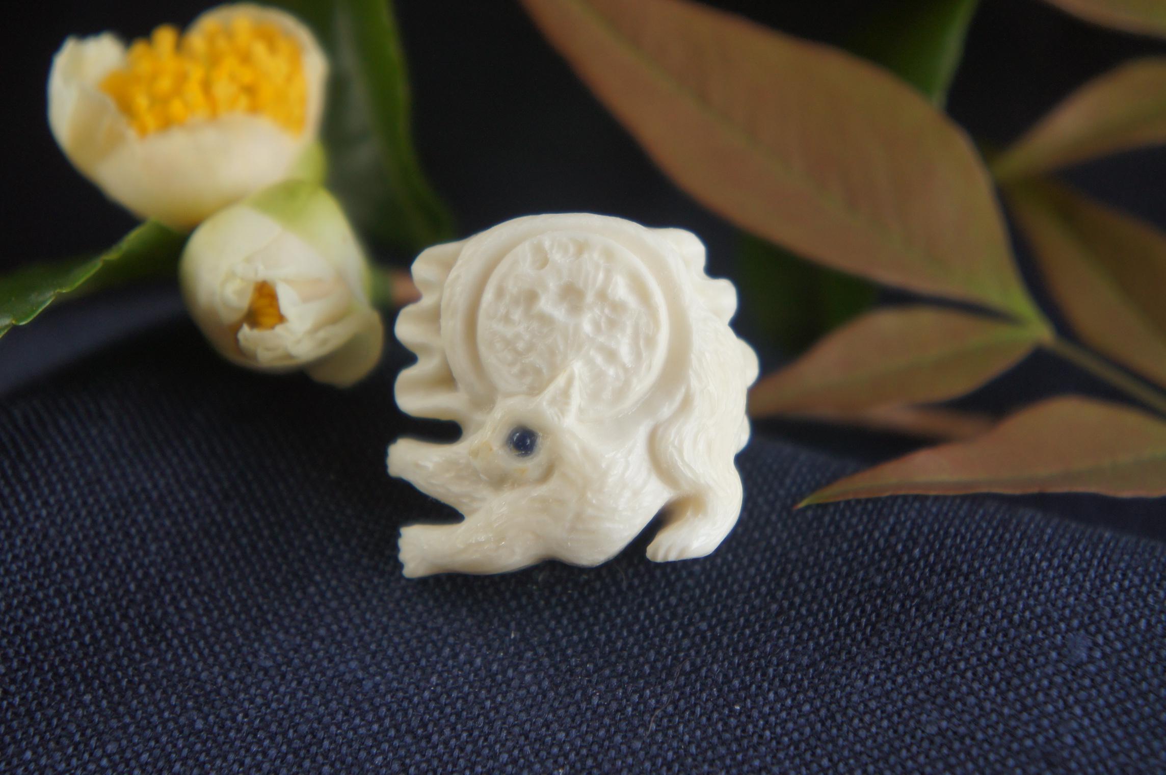 鹿角彫刻の帯留め「月齢」猫の時間 A