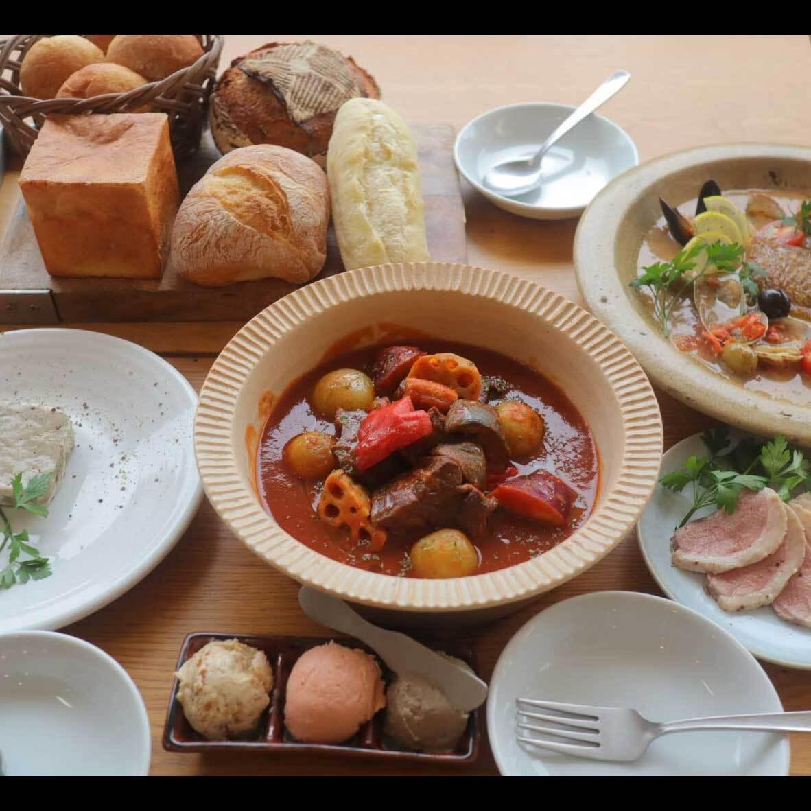 パン盛り合わせとお食事セット(4名様程度)