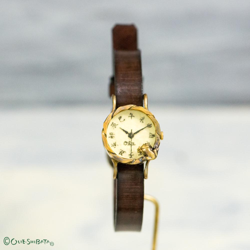 池をのぞく蛙腕時計Sベージュ江戸文字