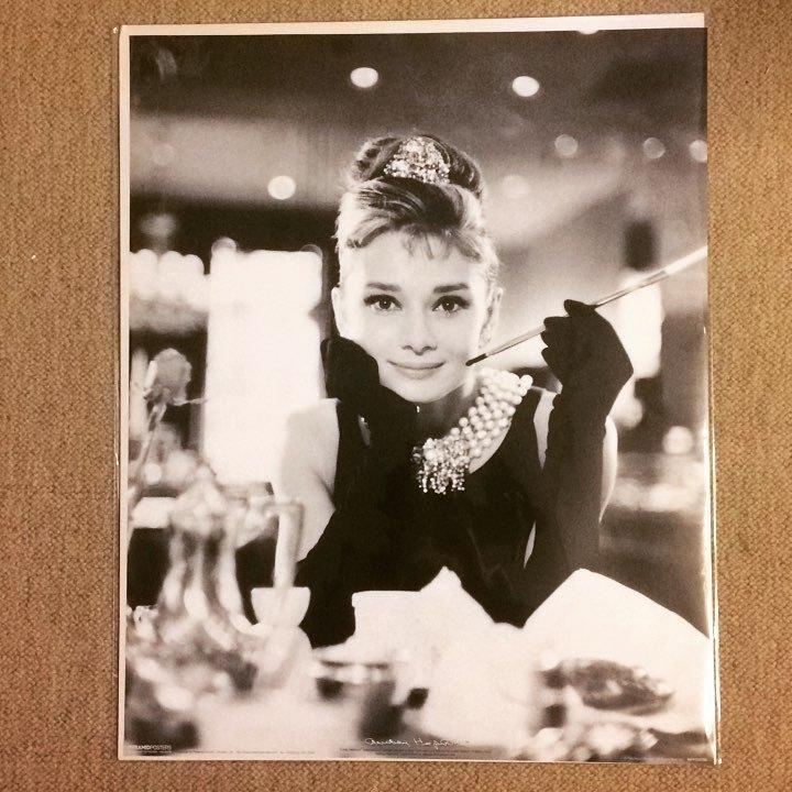 ポスター「オードリー・ヘプバーン ティファニーで朝食を キセル」 - 画像1