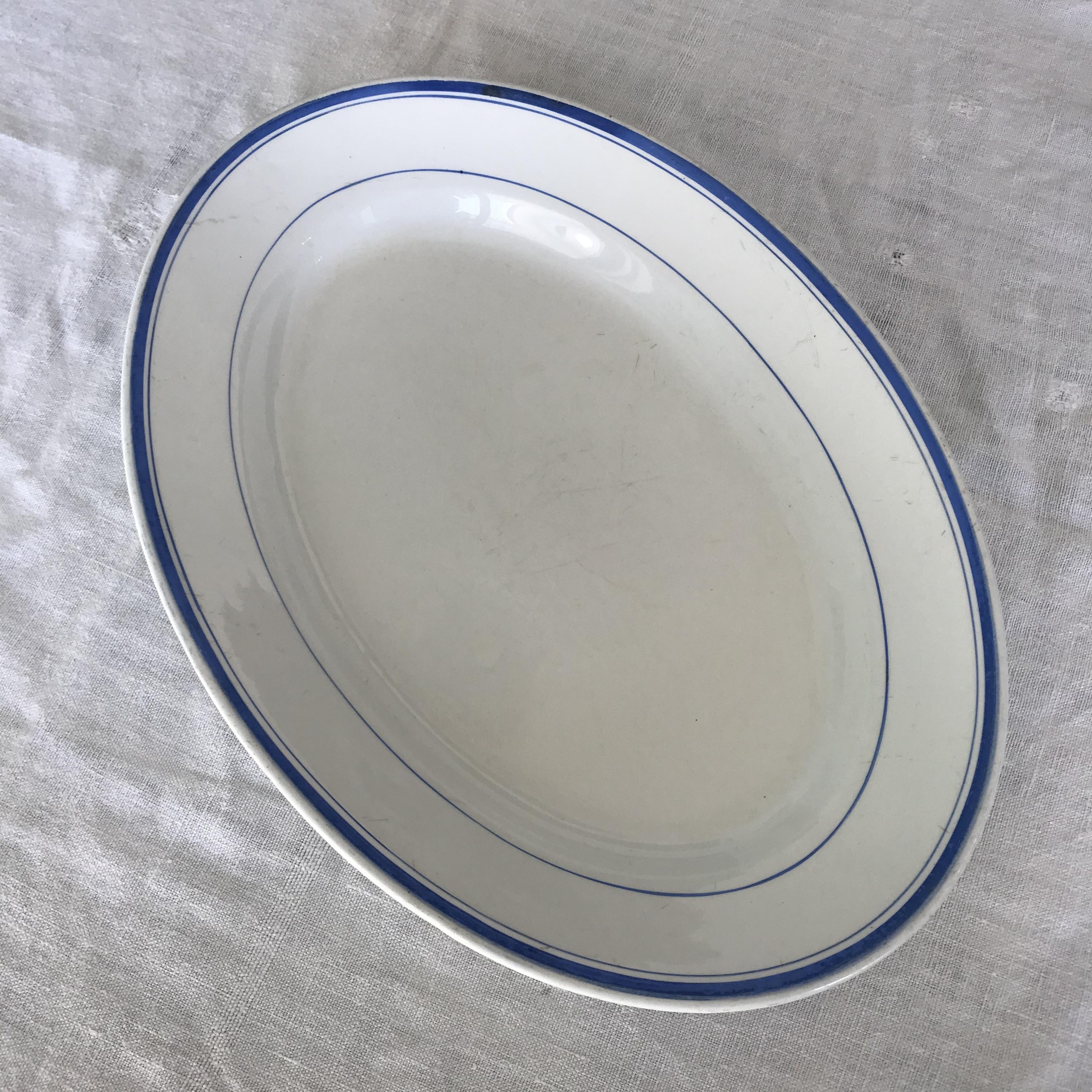 シンプルなラインの大皿