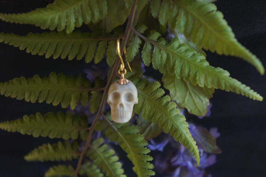鹿角製小さい頭蓋骨「朝と夕べのメメント・モリ」ピアス【C】