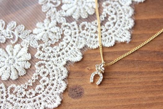 花と蹄のネックレス