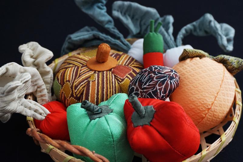 着物、和服の古布人形「野菜の詰め合わせ」 - 画像1