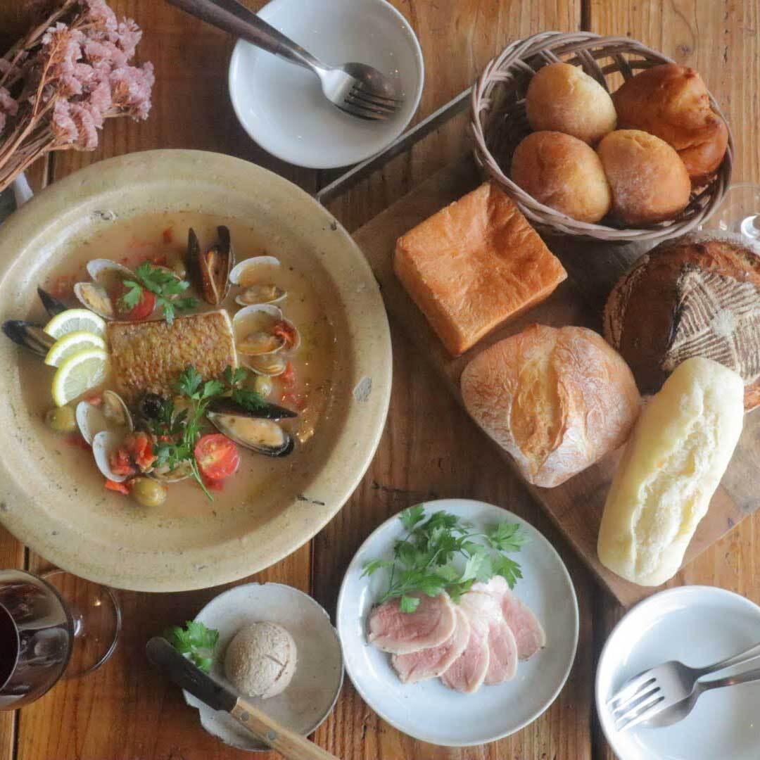 パン盛り合わせとお食事(お魚)セット(2名様程度)