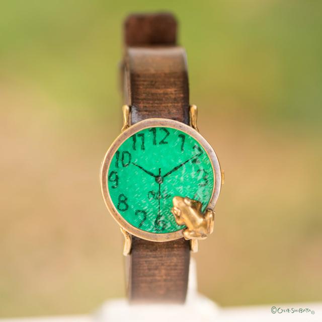 池をのぞく蛙腕時計M エメラルド