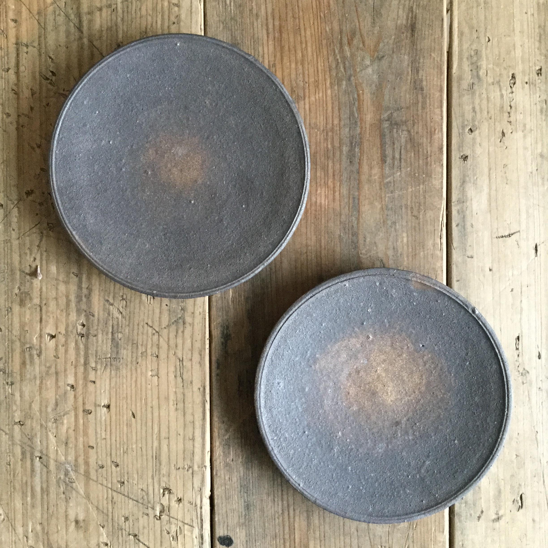 【恵山・小林耶摩人】 4寸皿 黒釉 φ12cm - 画像1