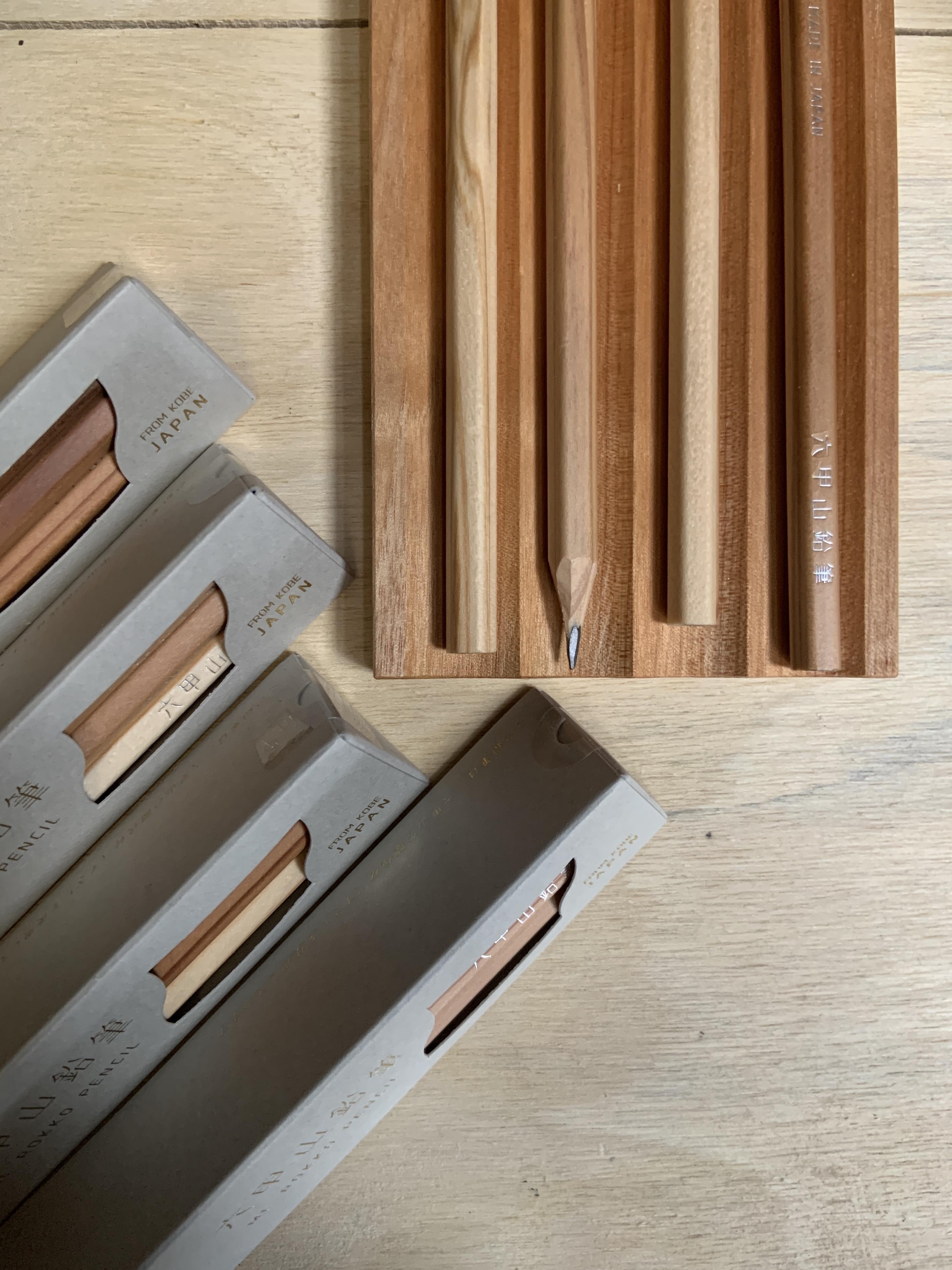 六甲山鉛筆(6本入 / 2B )(GREY)/ 木製ペントレイ(チェリー4溝) GIFT SET