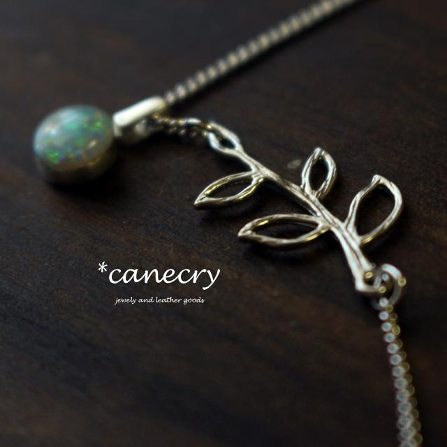 オパール木の実のネックレス