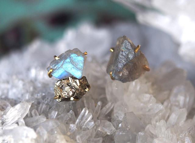 原石のラブラドライトとパイライトのピアス