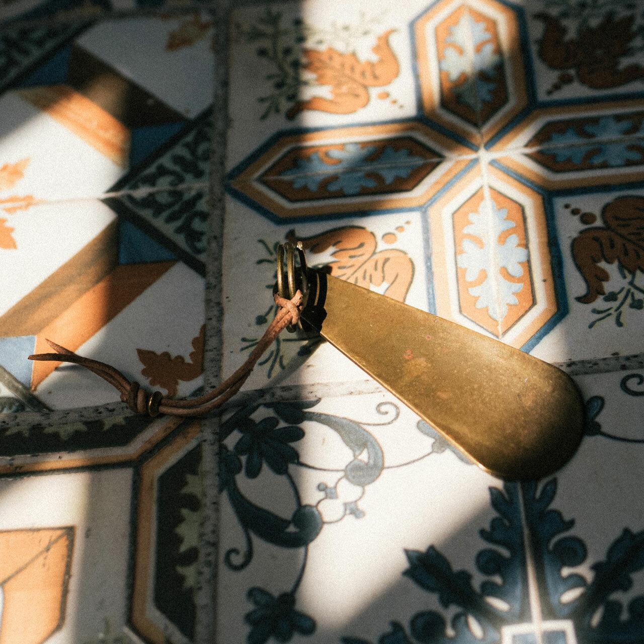 BULLET BRASS SHOE HORN | 弾丸の空薬莢から作られた真鍮靴べら