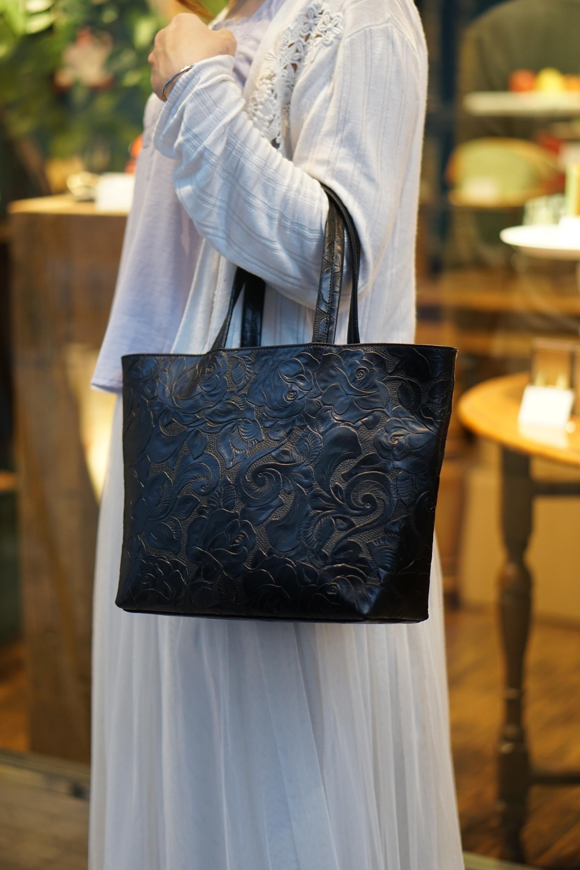 【数量限定】レトロな薔薇レザーのトートバッグ(牛革製)