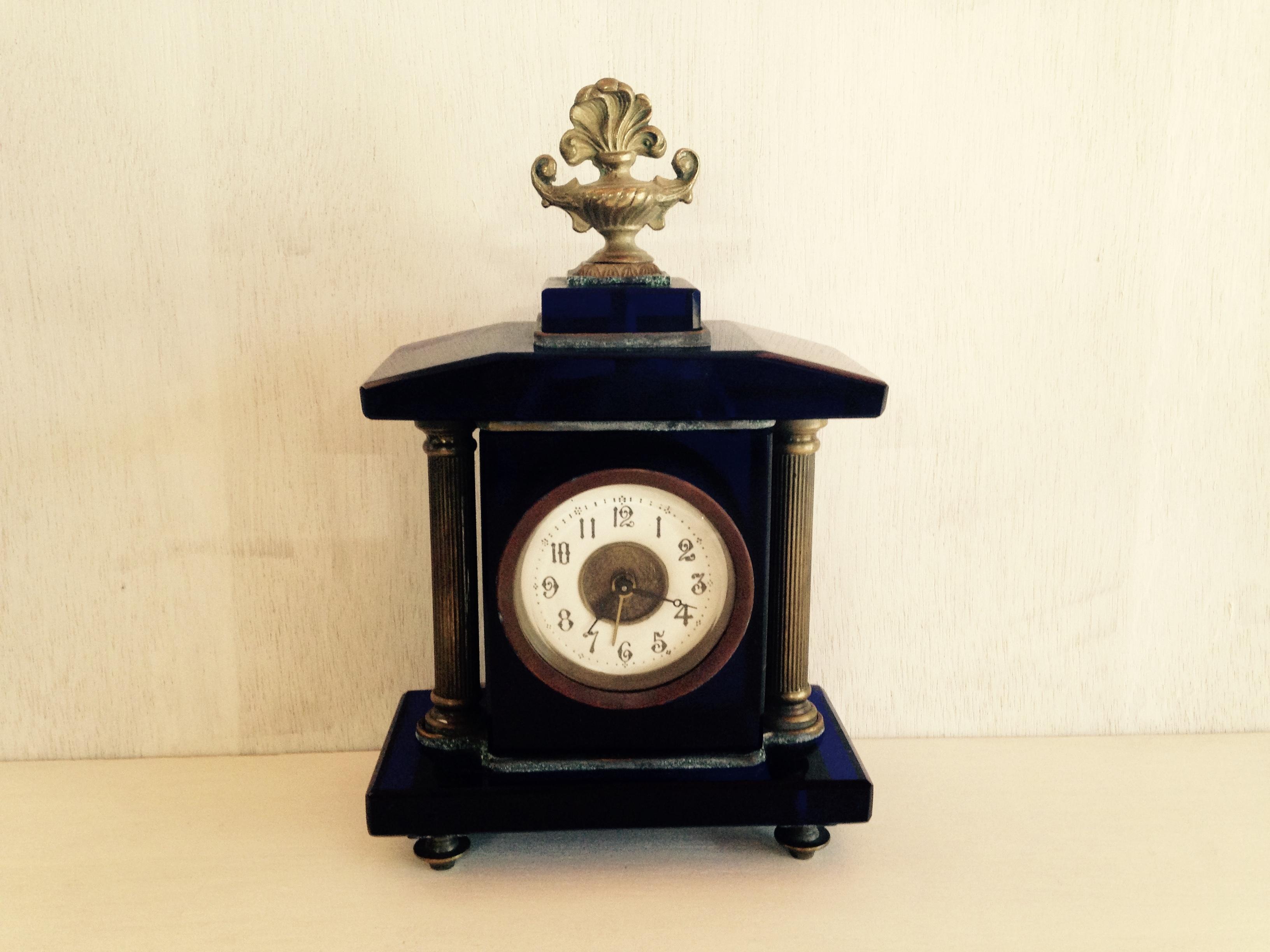 紫紺色の古い手巻き時計