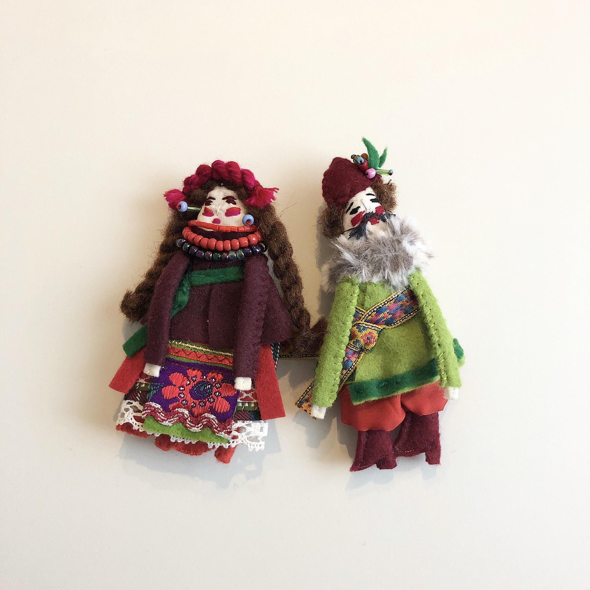 民族衣装を着たお人形ブローチ