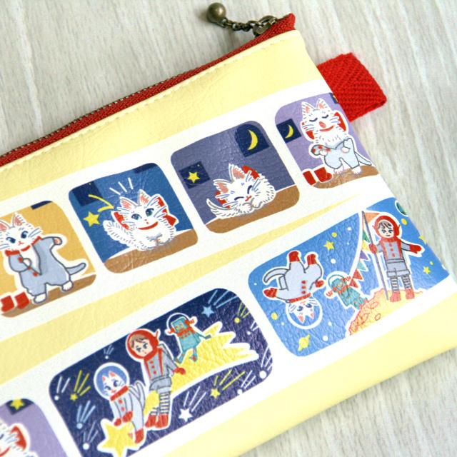合皮フラットポーチ - 白猫マイカの宇宙旅行 黄色