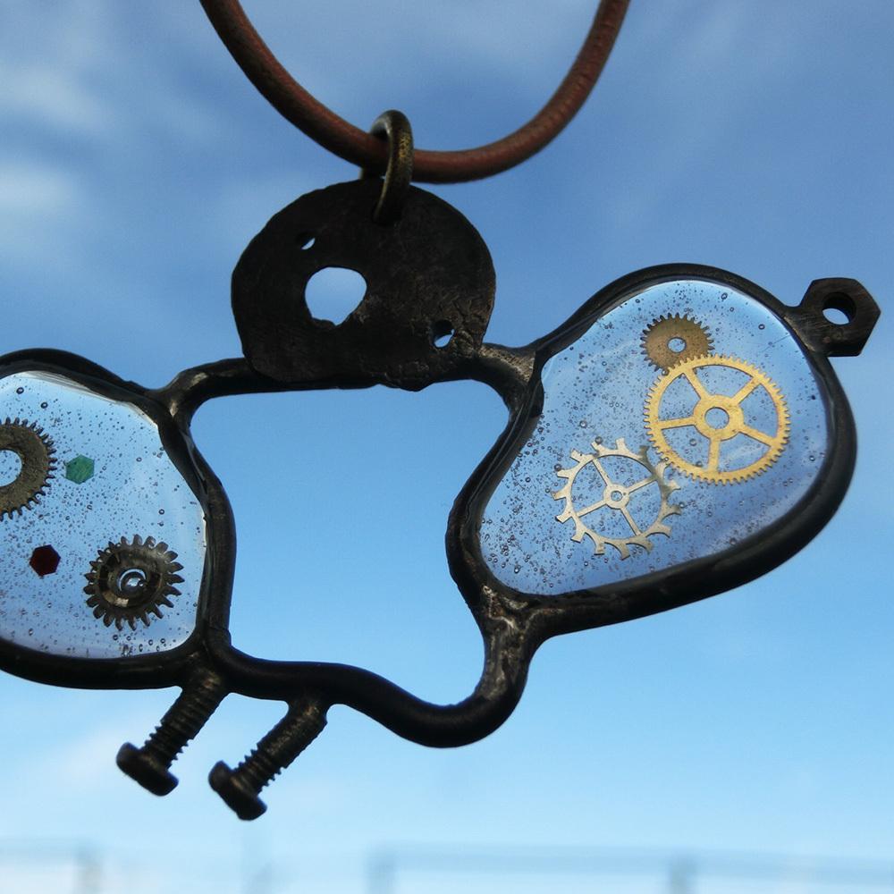【イモムシ(蝶)】f ~ ペンダントトップ ※革紐やチェーンは付属いたしません。☆ 真鍮 レジン 時計パーツ #1422
