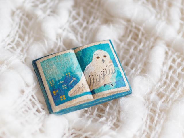 送料込■絵本みたいな陶土のブローチ《シロフクロウの夜》