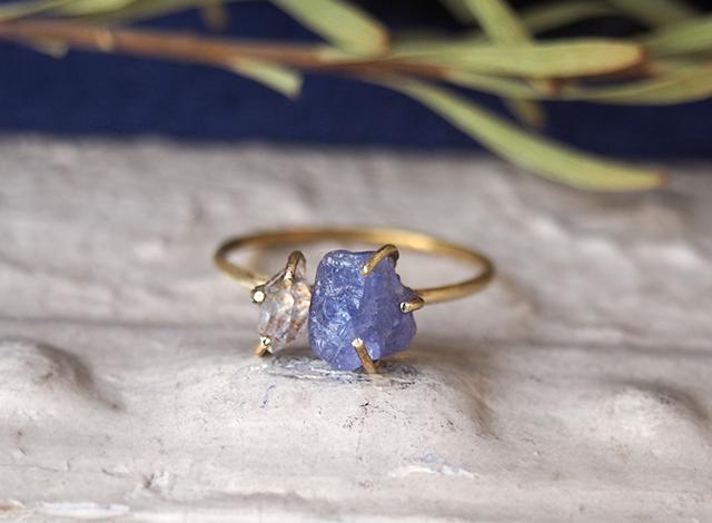 原石のタンザナイトとダイヤモンドクォーツのリング