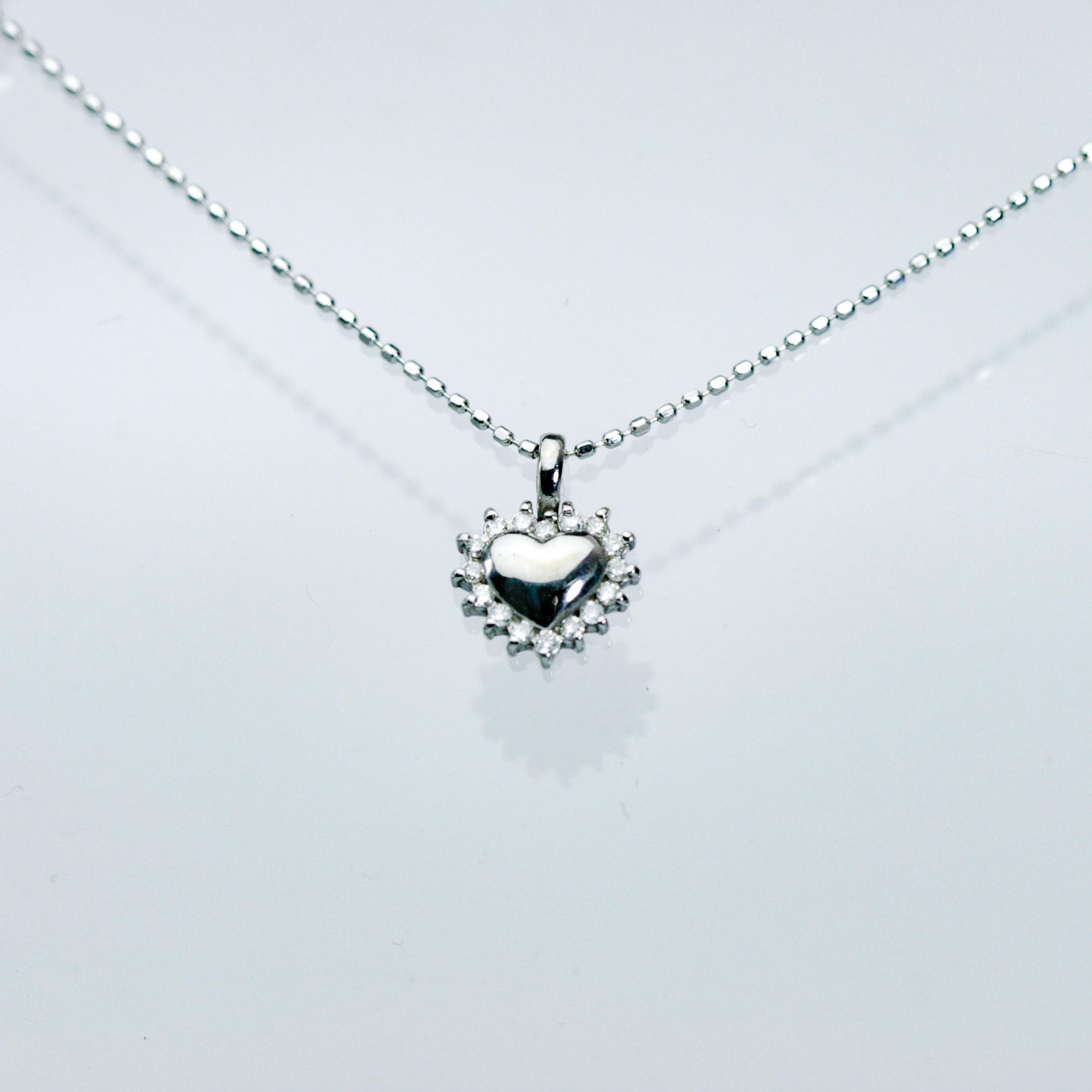K18ホワイトゴールド ハートXダイヤモンドのペンダント