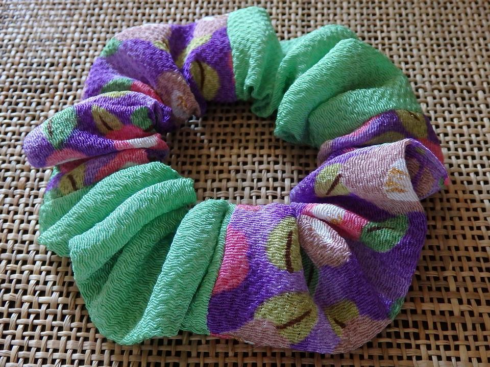 ちりめん・バイカラー和柄シュシュ首輪【紫(椿柄)×グリーン】