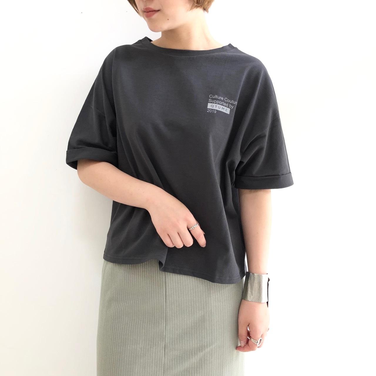 【 QTUME 】- 912-25195 - バックスリットプリントTeeシャツ