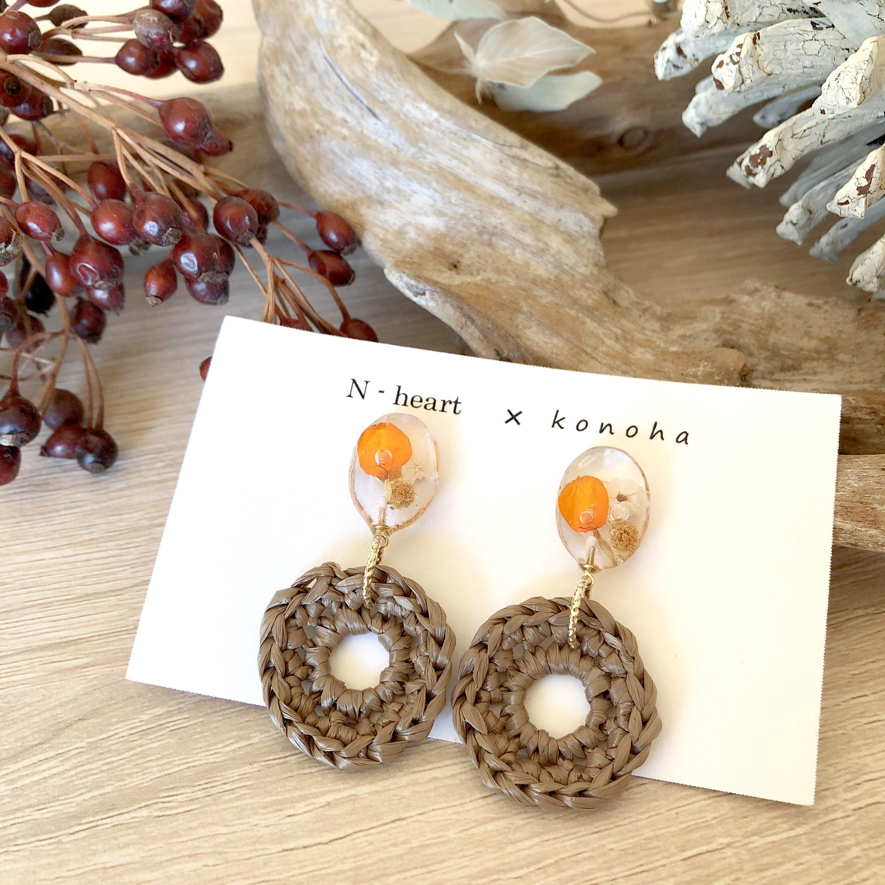 N-heart×konoha / オレンジと白い花のラフィアピアス