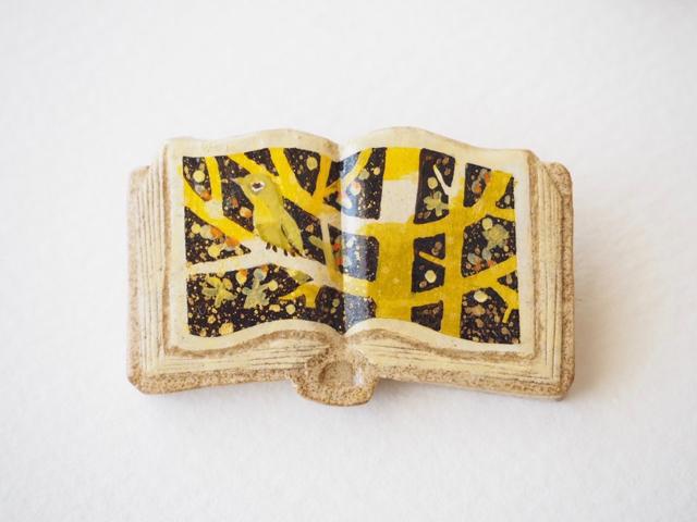 送料無料◆絵本みたいな陶土のブローチ《ろうばいとメジロ》