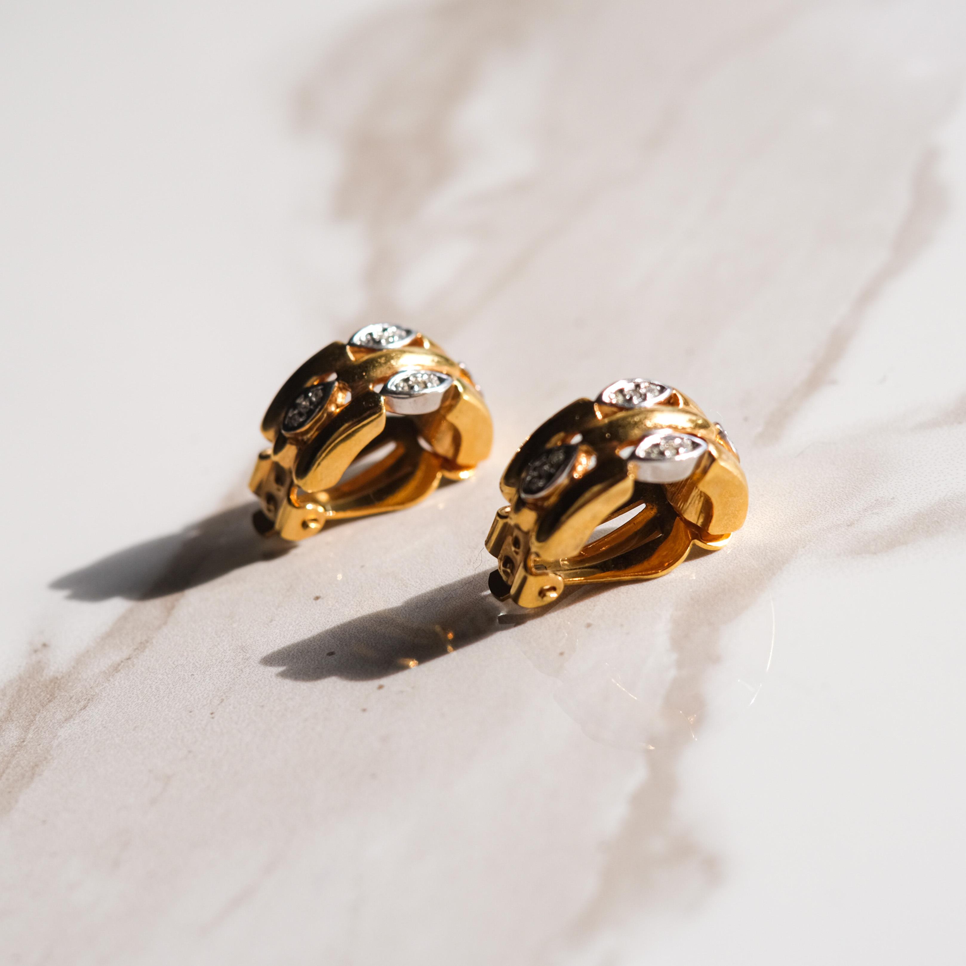 合わせやすいゴールドとクリスタルのイヤリング