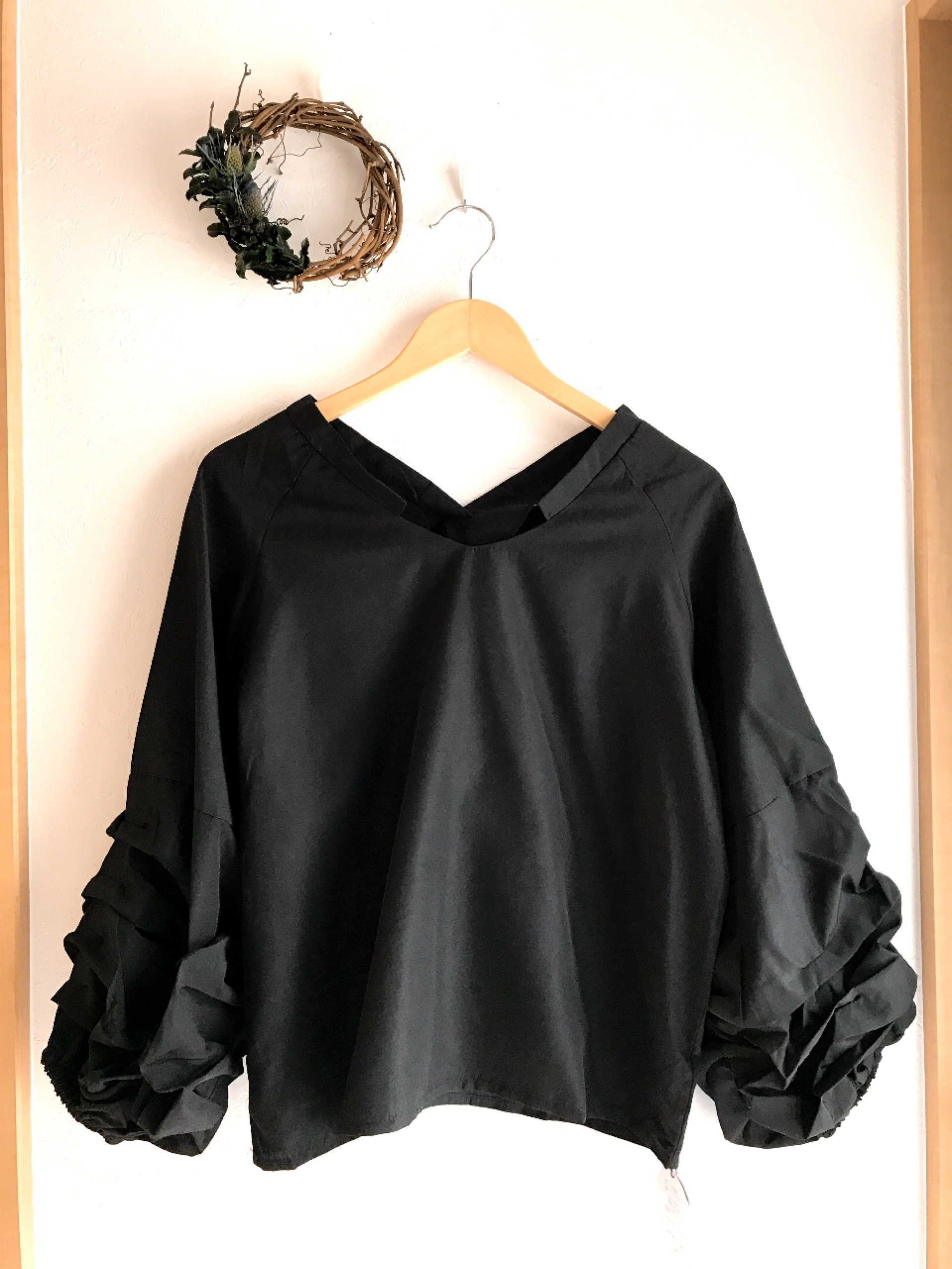 ボリューム袖のスキッパーシャツ ブラック