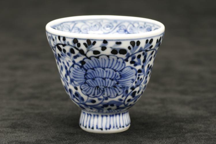 染付牡丹唐草 手造り杯 作:井手國博・与志郎窯(有田焼)
