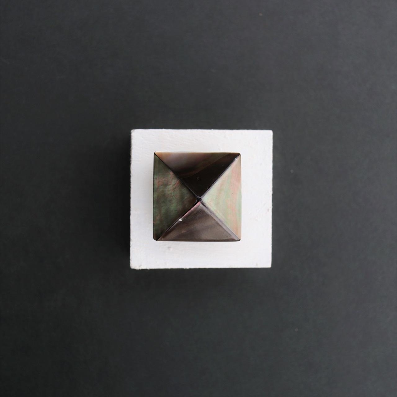 【帯留め】黒蝶貝 ピラミッド