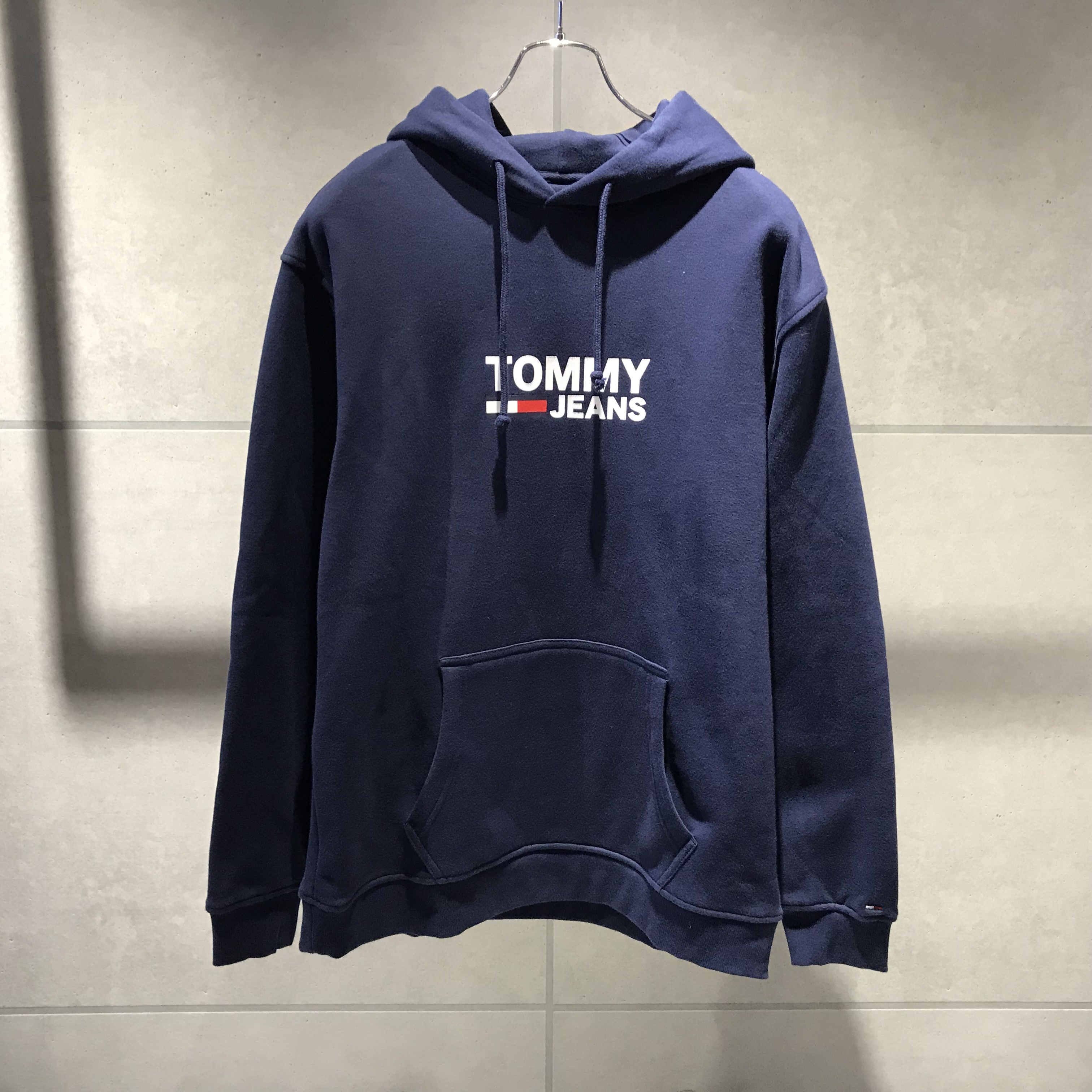 TOMMY JEANS CORP LOGO PULLOVER HOODIE / NAVY