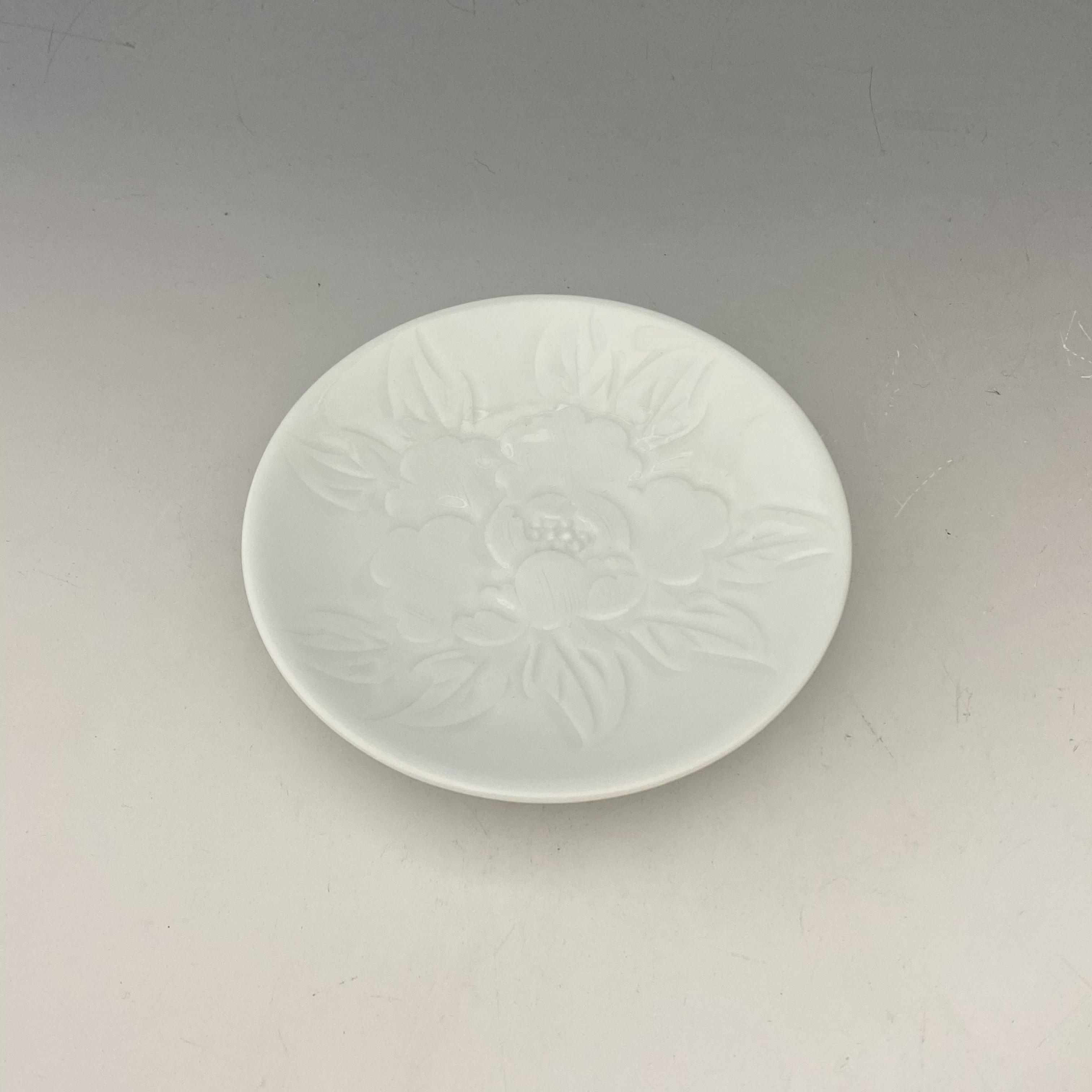 【中尾恭純】白磁牡丹彫小皿
