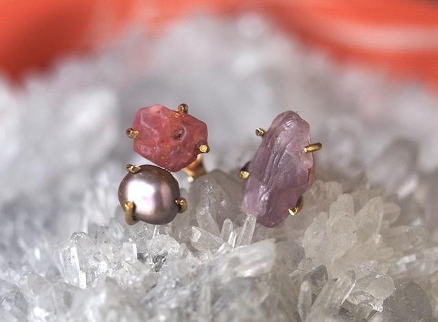 原石のピンクスピネルとグレーパールのピアス